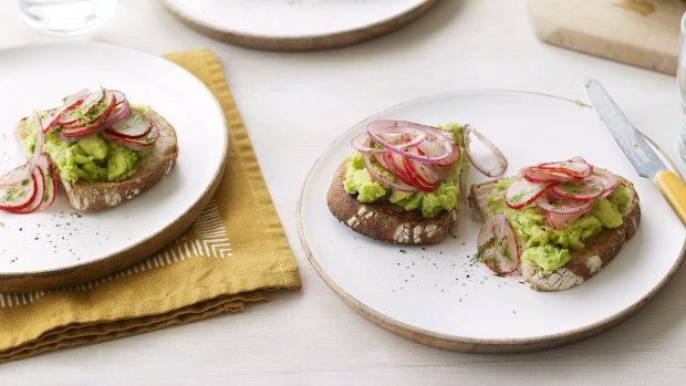 Авокадо тост с редиской: чудесная идея для завтрака