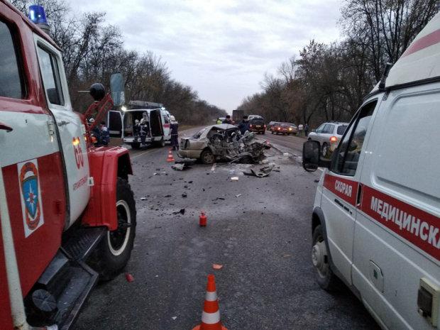 Тройное ДТП на Житомирщине: легковушка не разминулась с грузовиком, есть погибшие и травмированные