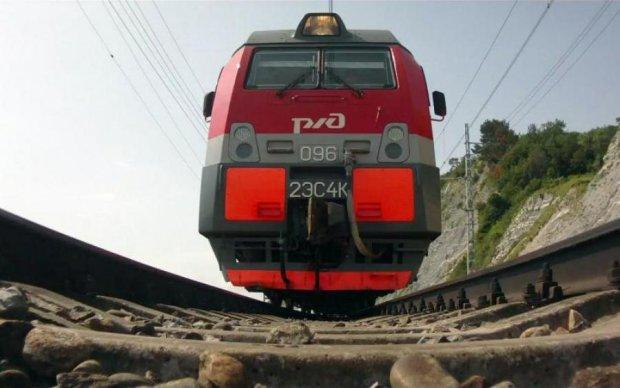Чудесное спасение парня из-под поезда поразило сеть: видео