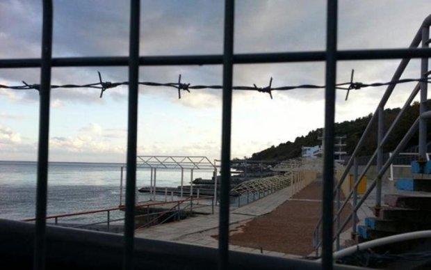 Окупанти перетворили кримські пляжі на концтабір: фотофакт