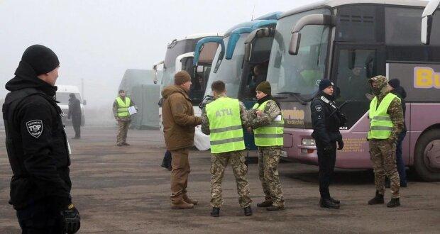 Обмін полоненими між Україною і ОРДЛО: автобус із утримуваними потрапив у ДТП
