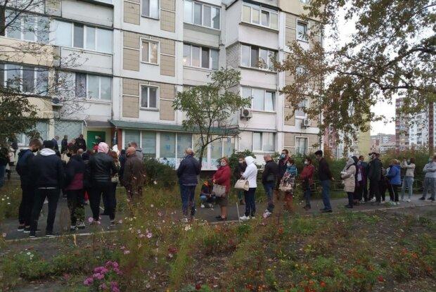 Коронавирусный коллапс: киевляне с ночи занимают очередь, чтобы сделать тесты на covid-19