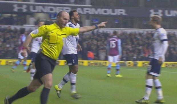 Англійський суддя відсвяткував гол разом з футболістами