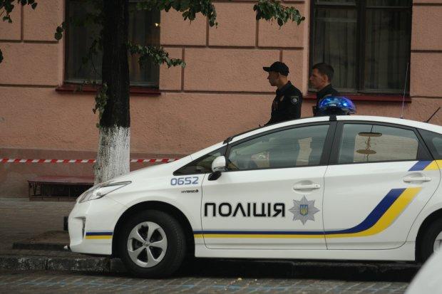 Копы едва усмирили украинку, которая избила мужа, разнесла дом и зачем-то казнила курицу