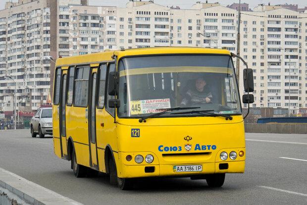 У Києві переповнена маршрутка залишилася без коліс на жвавій дорозі: пасажири посивіли від жаху