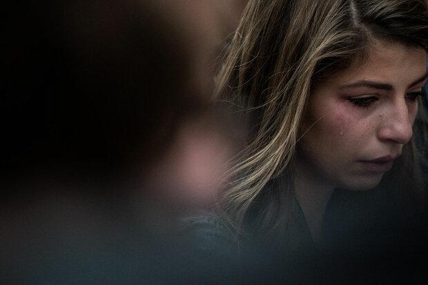 Дівчина плаче, фото: Getty Images