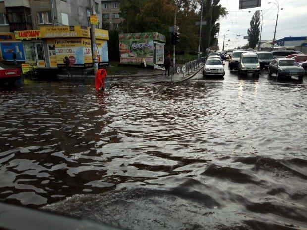 Купа грошей – під воду: елітні будинки Києва попливли, як у Венеції