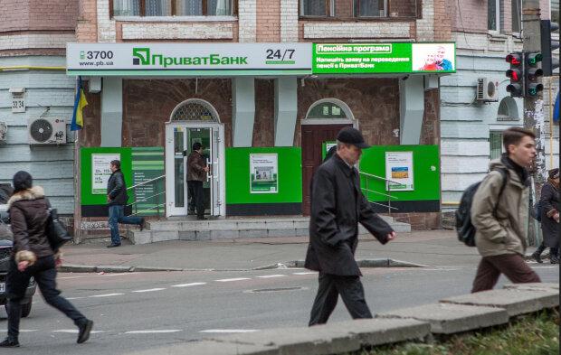 ПриватБанк несподівано звернувся до українців із важливою заявою: закривають рахунки і картки