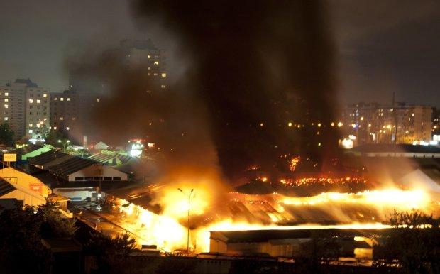 В Кривом Роге полыхает Центральный рынок: пламя пожирает сотни метров, пожарные не справляются