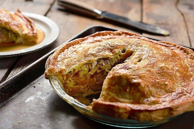 Готуємо пиріг з капустою: рецепт на всі випадки життя