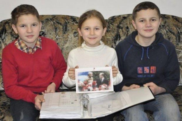 Мария Мовчан с братьями наградили Франсуа Олланда и Ангелу Меркель грамотами