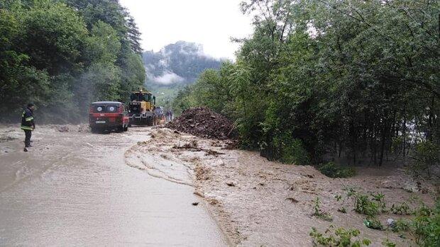 Большая вода ударила по Прикарпатью с новой силой — дороги затоплены, мостов нет