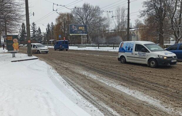 """Черновцы засыпало снегом, коммунальщики ринулись в бой: """"Без сна и отдыха"""""""
