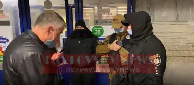 """Киевлянин устроил сцену патрульным в метро: """"Пустите, мне на работу надо!"""""""