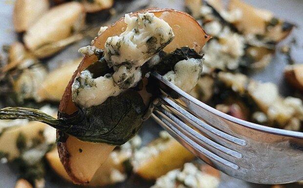 Простой рецепт картошки в духовке: сыр и зелень заставят соседей сойти с ума от запаха