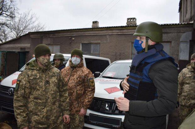 """Европейские дипломаты посетили заминированный Донбасс: """"Не спрашивают национальности"""""""