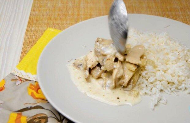 Додай гарніру ніжності: неймовірно простий рецепт м'яса з грибами в сметанному соусі прикрасить чарами ваш раціон