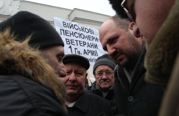 Сотням тысяч украинцев урезают пенсии: как получить компенсацию от государства