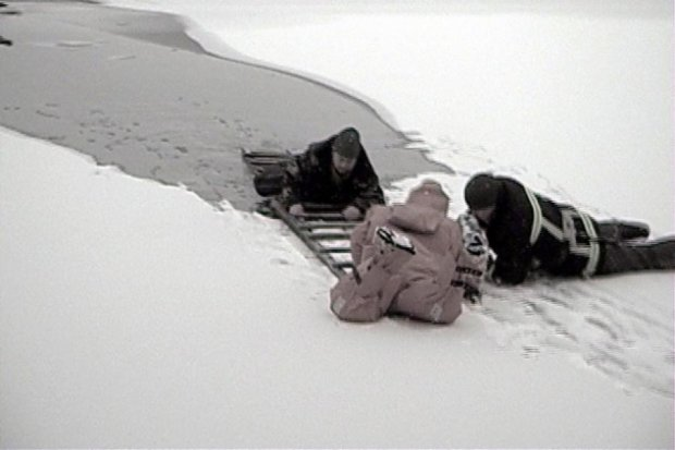 Три человека провалились под лед на Харьковщине