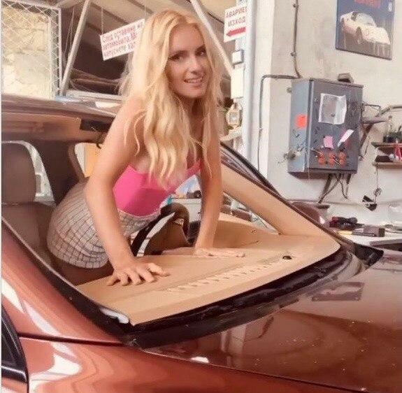 Ірина Федишин вилізла на капот з водійського сидіння і розповіла, що з нею сталося
