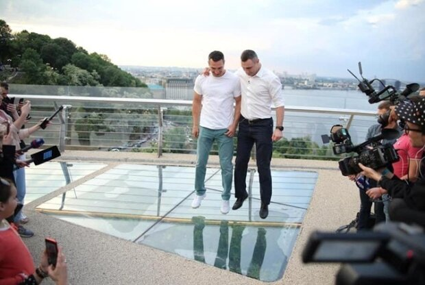 Разбил ребенок? Мост Кличко в Киеве снова дал трещину