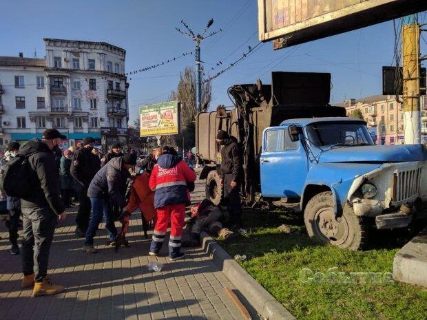 Под Днепром неуправляемый мусоровоз снес ребенка, жуткое видео