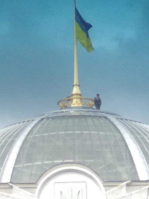 Зеленський забрався на купол Ради: що відбувається