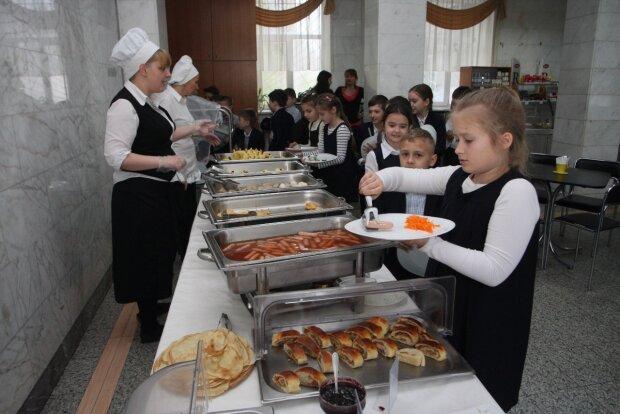 """В школах Киева появился """"шведский стол"""", родители  оценили ноу-хау: """"Не все так гладко"""""""