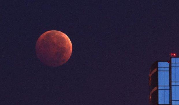 Кровавое  лунное затмение сняли на видео