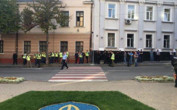 Виламані двері та швидка: як активісти міськраду в Тернополі заблокували