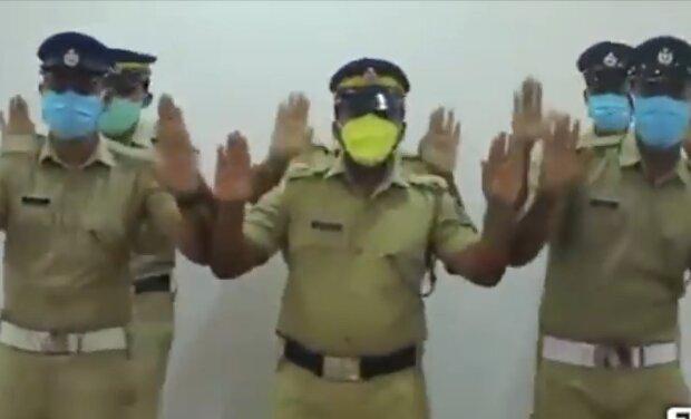 Индийские полицейские, скриншот: YouTube