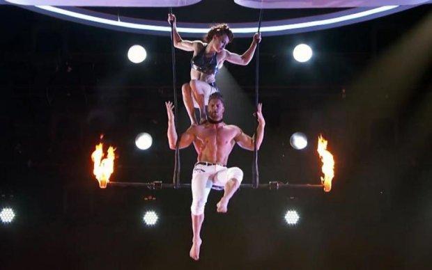 С высоты в огонь: шокирующее падение акробатки на популярном талан-шоу попало на видео