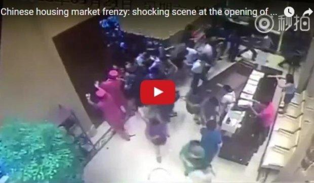 Шокирующее видео: китайцы сносят двери в погоне за квартирами