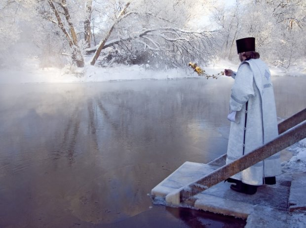 Исцелит любые болезни: когда набирать и как хранить Крещенскую воду