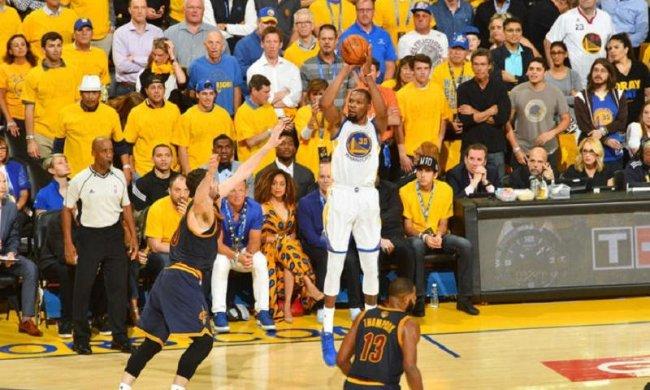 НБА: Голден Стэйт легко справился с Кливлендом в первом матче финала