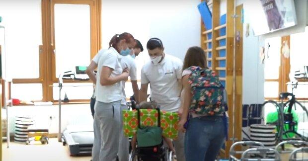 Ребенок с СМА, скриншот: Youtube