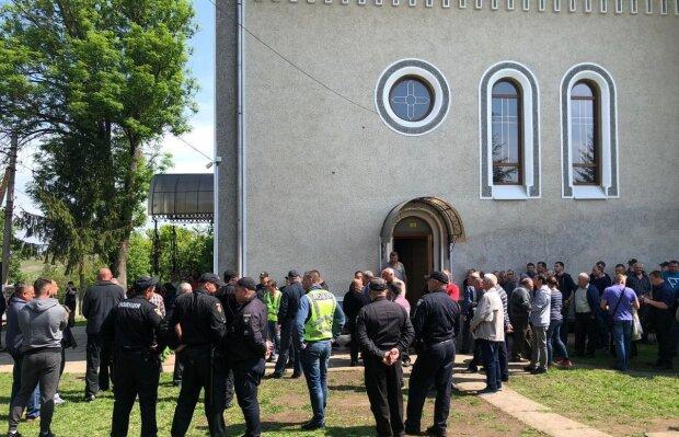 Не побоялась Бога: одесситка оставила в церкви голые стены, позор поймала камера