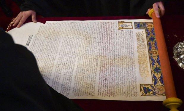 Українська церква стала незалежною: Вселенський патріарх передав Томос митрополиту Епіфанію у Стамбулі
