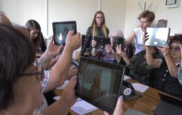 Украинских пенсионеров переводят в интернет: самое главное о новом приложении