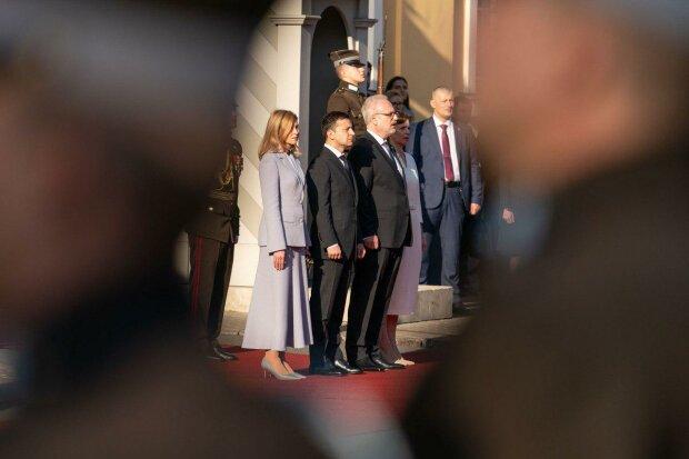 """Зеленский приехал в Латвию, но в Офисе президента решили по-другому: """"Географический атлас в подарок"""""""