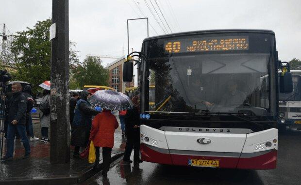 Не все так плохо: франковчан впервые прокатили на коммунальном автобусе