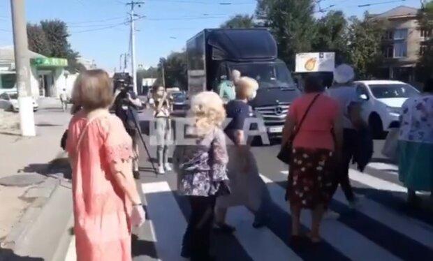 """Розлючені харків'яни перекрили дорогу з вимогою закрити Коксохім: """"Люди - не щури!"""""""