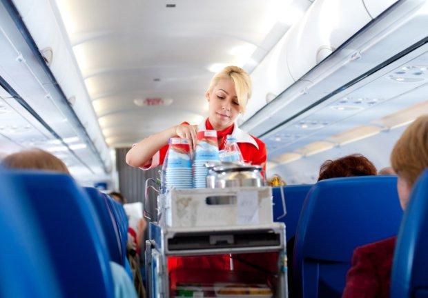 """Секс в самолете и форма с """"убитого"""": стюардесса раскрыла грязные детали полетов"""