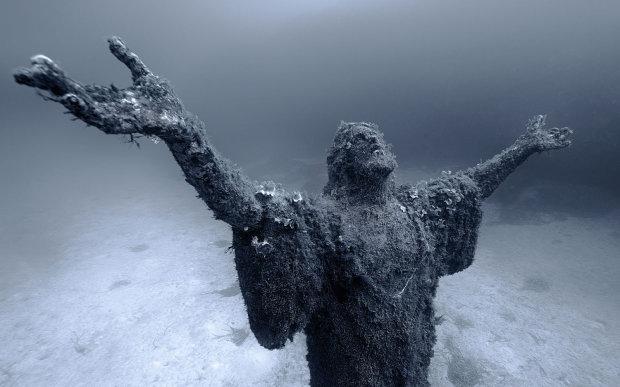 Христос из бездны: подводная статуя Спасителя впервые явила себя человечеству
