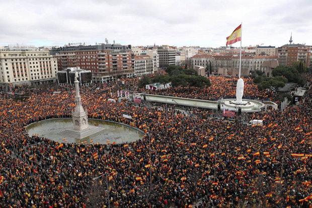 На улицы столицы вышли тысячи людей: протесты против правительства набирают бешеные обороты