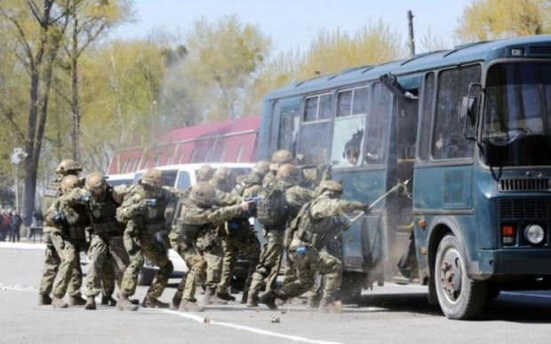 Жители Запорожья должны радоваться, увидев из окон бронетехнику и спецназ