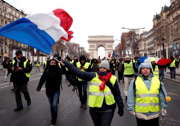 """Погромы, пожары, избитые копы: """"желтые жилеты"""" превратили Париж в поле боя, силовики пошли на крайние меры"""