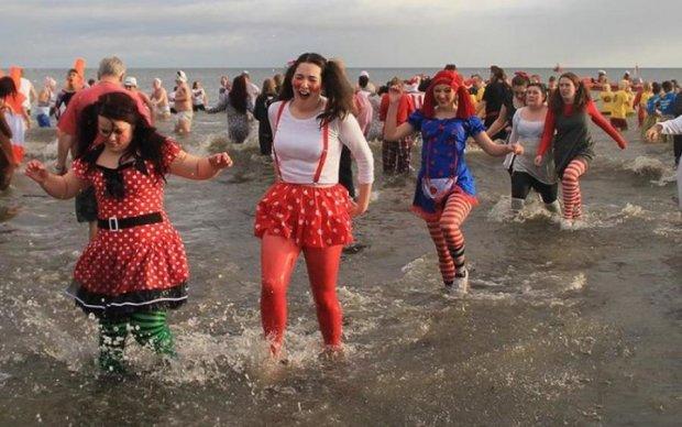 Тысячи голых женщин искупались в ледяном море: видео