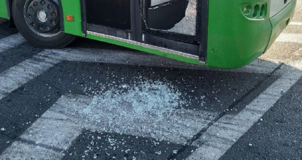 В Харькове неадекват напал на троллейбус посреди дороги - разбитое стекло и водитель в шоке