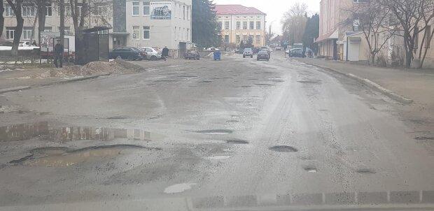 """На Тернопольщине асфальт растворяется вместе со снегом, злости не хватает: """"Здесь рыбачить можно!"""""""